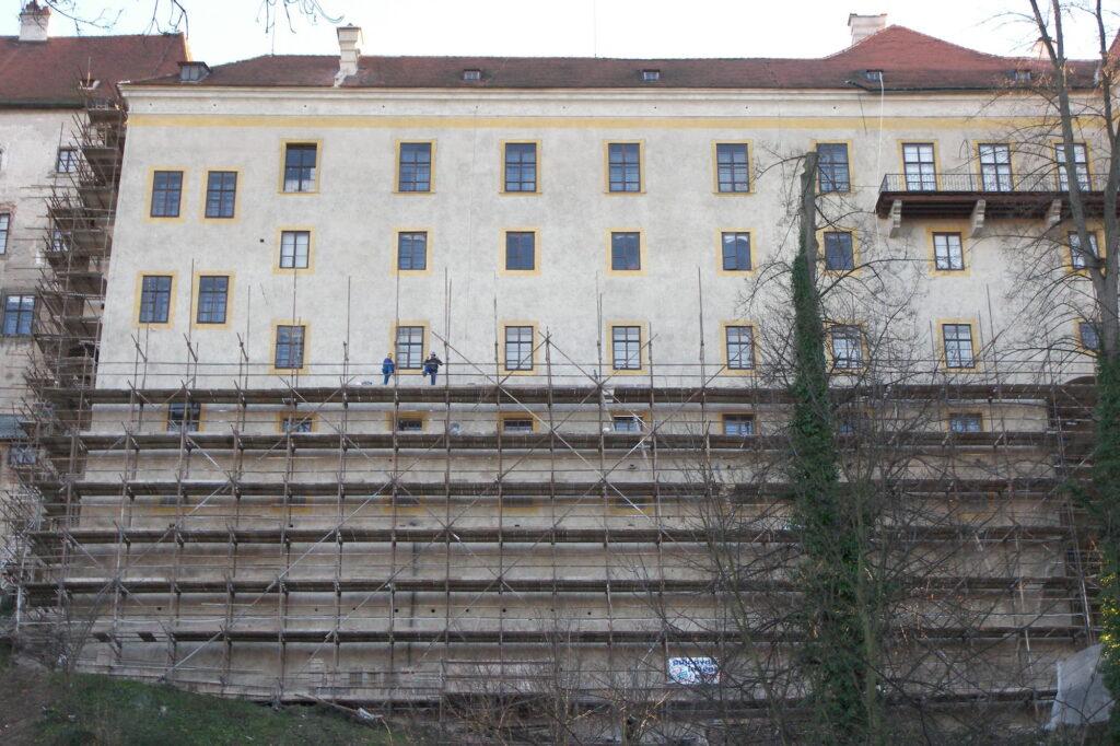 Český Krumlov, severní fasáda horního hradu – dokončování retuší během demontáže lešení
