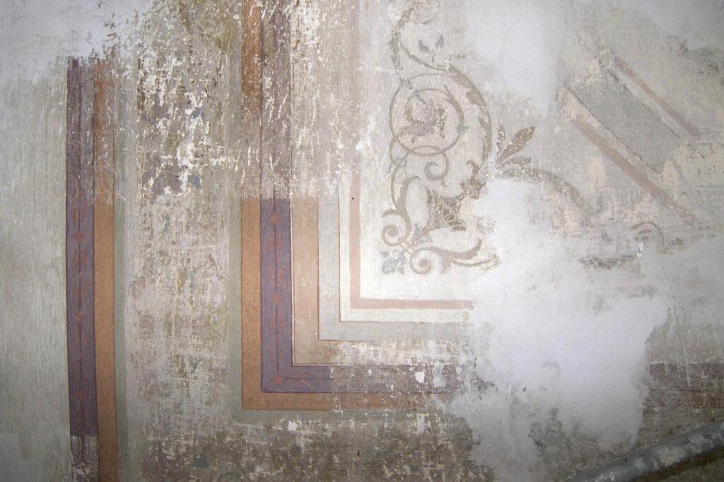 Český Krumlov, zámek – retuš referenčního vzorku dekorativní  malby na stropě jedné z místností v Hrádku
