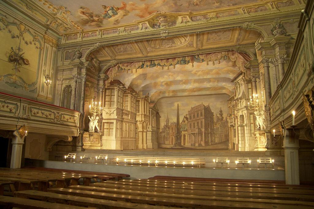 Zámecké divadlo v Českém Krumlově (1766). Scéna Ulice (foto Pavel Slavko)