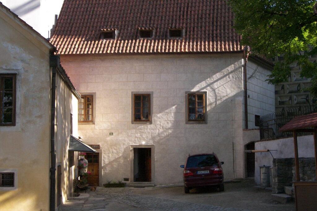 Český Krumlov, zámek, Staré purkrabství na druhém nádvoří – stav po restaurování sgrafitové fasády