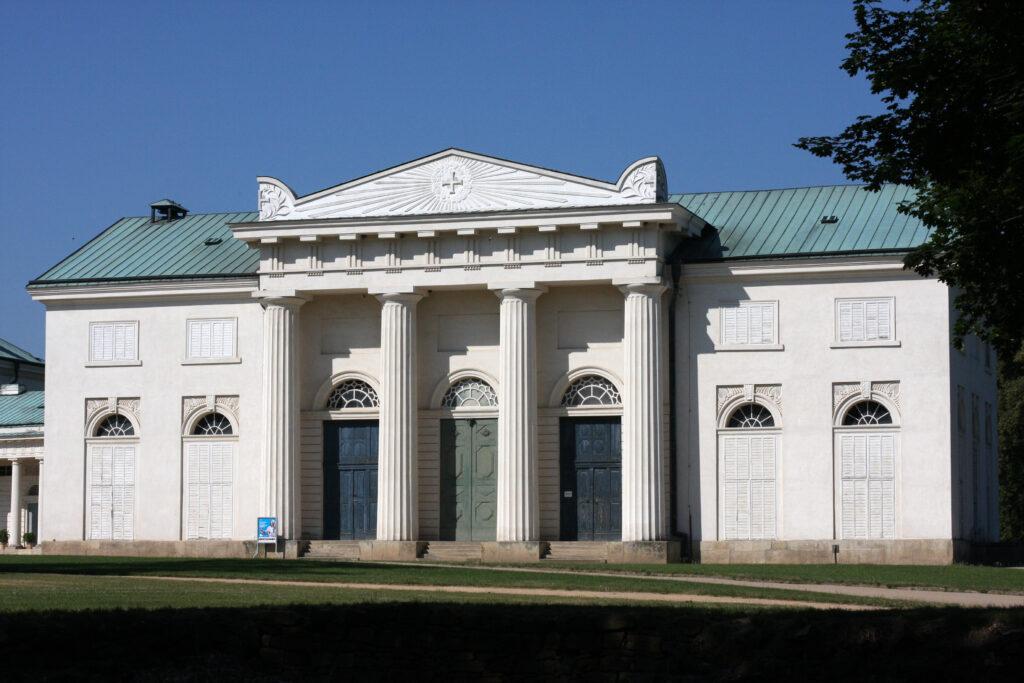 Zámek Kačina, boční pavilon s divadlem (foto Ondřej Svoboda)