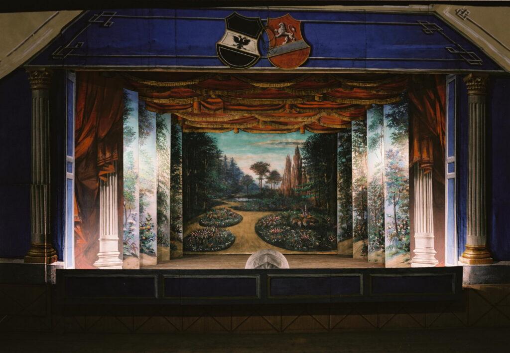 Zámecké divadlo Žleby (po 1900). Scéna Zahrady po restaurování (foto Robert Portel)